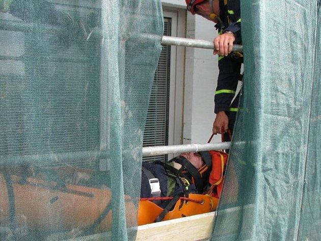 Pád dělníka z několikametrové výšky a zlomená ruka jeho kolegy bylo tématem taktického cvičení směny tachovských profesionálních hasičů