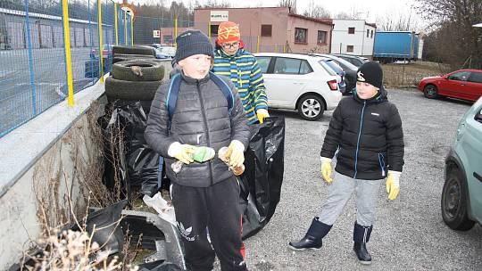 Dobrovolníci uklidili okolí ulice Vilémovská.