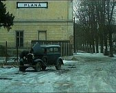 Pomocný režisér Josef Loučím (zleva) udílí pokyny novopečeným Vladimíru Novotnému a Marii Schleisové.