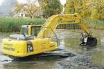 Bagry zbavují rybníky nánosů bahna