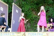 Divadlo Podkova v Josefově Huti letos již jednou ožila, a to 5. června, kdy na ní své představení Nikdo není dokonalý... sehráli mladí divadelníci z kroužku Divadélko z Mariánských Lázní.