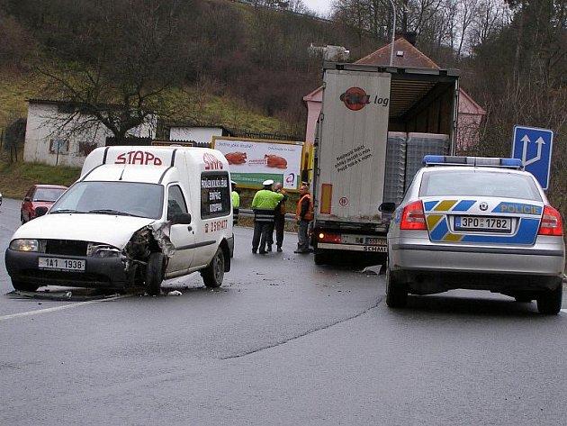 Řidič osobního vozu vjel v zatáčce do protisměru, kde se třetl s nákladním vozem.