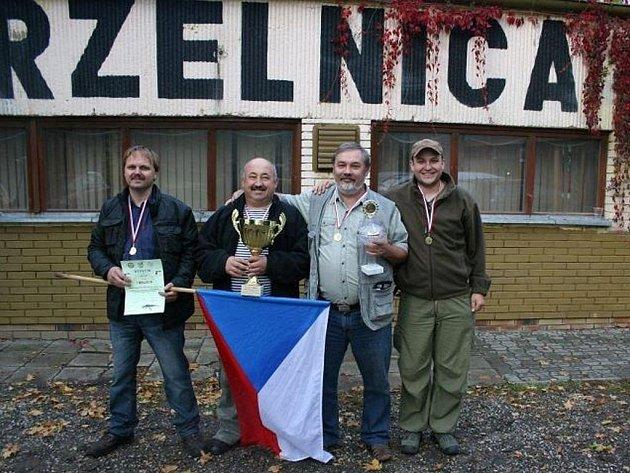 Vítězné družstvo českých střelců ze soutěže v Polsku.
