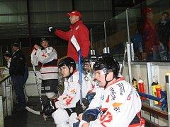 STŘÍDAČKA DOMÁCÍCH. Trenér HC Tachov Marek Brzobohatý (uprostřed v kšiltovce) uděluje pokyny hráčům při utkání s Malou Vískou.