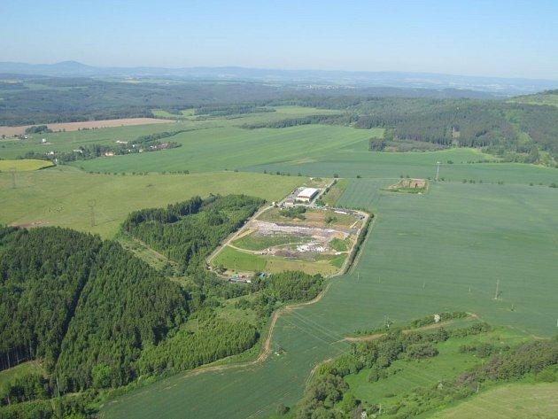 Letecký pohled na skládku u Černošína a její okolí.