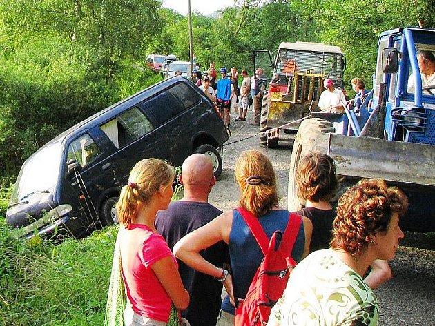 Mikrobus zůstal pod strmým srázem a musely ho vytáhnout lany dva traktory.