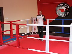 Nová boxerská tělocvična nabízí také tréninkový ring.