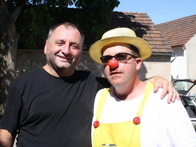 Písničkář Václav Koubek (vlevo), v klaunském kostýmu organizátor Radek Štokinger.
