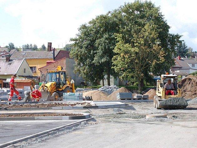 Rozestavěné parkoviště mezi sportovní halou a Pivovarskou ulicí je plné dělníků i v horkých letních dnech.