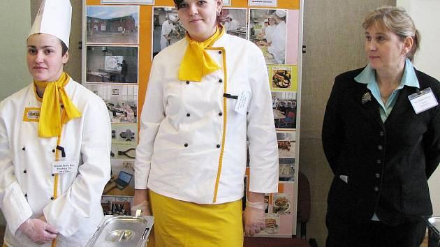 Studenti Střední školy Bor s ředitelkou Zdeňkou Valečkovou