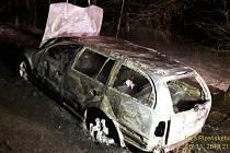 Plameny vozidlo zcela zničily.