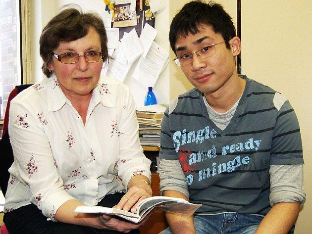 TACHOVSKÝ STUDENT Nguyen Van Minh bude zanedlouho absolvovat celostátní kolo matematické olypiády. Na snímku se svojí matematikářkou Zdeňkou Kutlákovou.