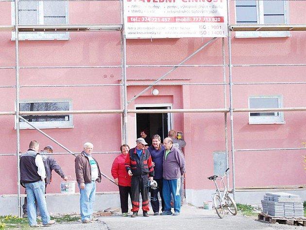 Obyvatelé bytového domu v Částkově se po odkoupení bytů do svého vlastnictví rozhodli objekt opravit.