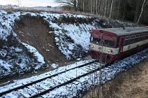 ČÁST SVAHU U PERNOLCE se sesunula do kolejiště. Zemina byla odstraněna, vlaky teď místem projíždějí dvacetikilometrovou rychlostí.