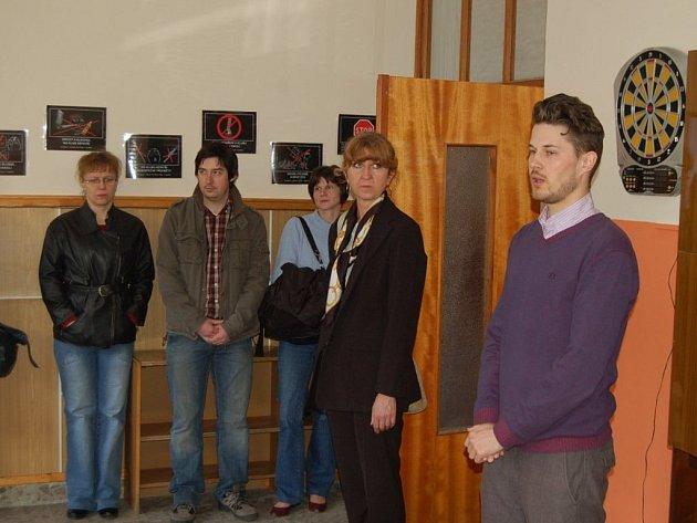 MICHAL KANDLER (vpravo) seznamuje přítomné hosty s provozem a novými prostorami tachovského nízkoprahového klubu a centra podpory rodiny. Vedle něj stojí Irena Volkovinská, ředitelka tachovského gymnázia, který objekt pro tyto služby pronajalo.