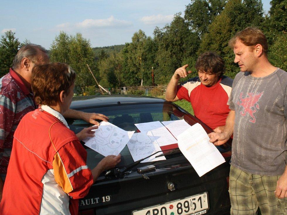 Skupina obyvatel domů v horní části Svojšína není spokojena s řešením kanalizace.