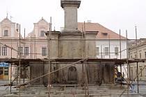 JAK TO BUDE S MOROVÝM SLOUPEM, který nemůže být opravován z peněz, které jsou k účelům revitalizace náměstí, se zatím neví. Shání se vhodný dotační titul.