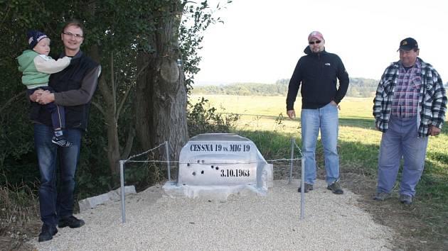 INICIÁTOŘI postavení pomníčku Milan Dulovec se synem a Jan Šrotýř (zleva), vpravo pamětník tragické události Miloslav Moravec.