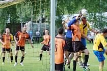 Bezdružický brankář Luděk Beran na poslední chvíli vyrazil míč z hlavy domácího kapitána Milana Rady.
