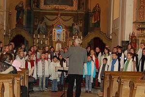 Na adventním koncertu v kostele v Chodském Újezdu vystoupil Tachovský dětský sbor pod vedením Josefa Brabence