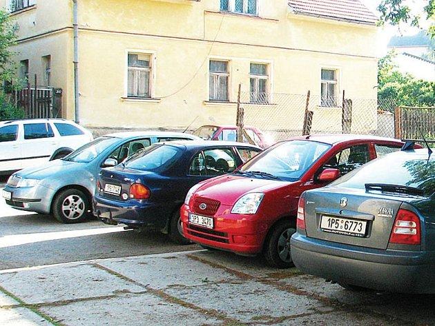 Místo, na kterém do dnešních dnů parkují vozidla lidí, kteří pracují na plásnké poliklinice. Kapacita míst není nijak vysoká. Povrch je taktéž v dezolátním stavu
