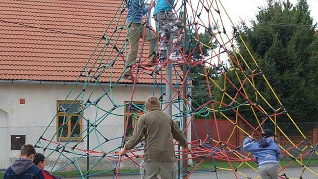 K herním prvkům, které najdeme na novém dětském hřišti v Kladrubech patří také lezecká pyramida.