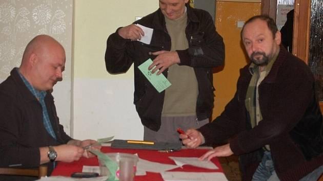 Šestatřicet delegátů Valné hromady Okresního fotbalového svazu Tachov se sešlo v Kostelci a rozhodlo ve volbách o předsedovi svazu a členů výkonného výboru.