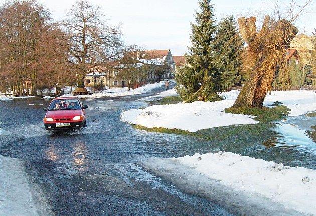 Z břehů vylité vodní plochy a vodní toky, vodu ve sklepech a další podobné starosti přineslo o víkendu obyvatelům Tachovska tání sněhu