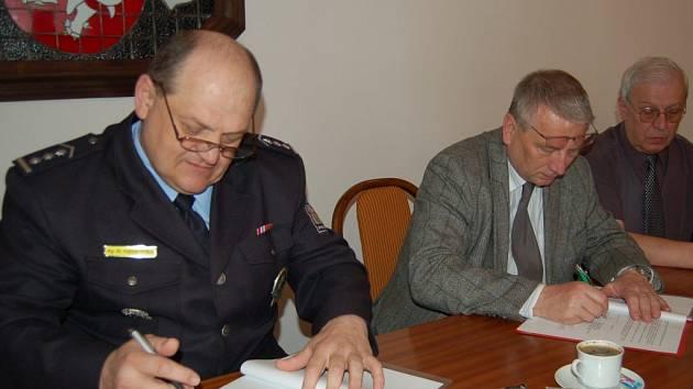 Vratislav Hubka a Ladislav Macák při podpisu dohody.