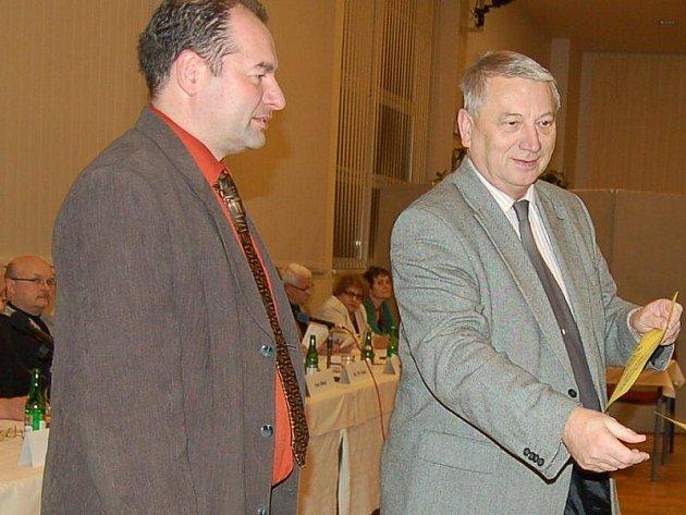 Jiří Struček (vlevo) a Ladislav Macák předali sponzorské dary zástupkyním mateřských škol.