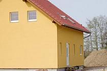 Vysněný rodinný domek si postavili Steinbrückerovi z Tachova v lokalite Třešňovka. Bydlet v něm ale nemohou. Chybí elektrický proud.