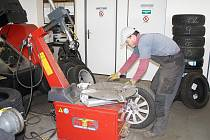 Tachovské pneuservisy hlásí, že mají plno. Řidiči mají čas na výměnu ještě více než týden.