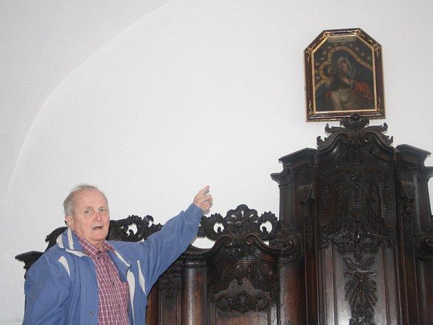 Člen farní rady ve Stříbře Josef Felber ukazuje na kopii obrazu Panny Marie Bolestné, od jehož umístění do stříbrského farního kostela uplyne 275 let.