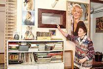 KINOSÁL BY MOHL SLOUŽIT AMATÉRSKÝM FILMAŘŮM. Marie Brožová (na snímku) ukazuje místo, odkud se v malém kině rodinného domku  v Dlouhém Újezdu  promítalo. Sál pojal do třiceti diváků a ve své době byl často využíván.