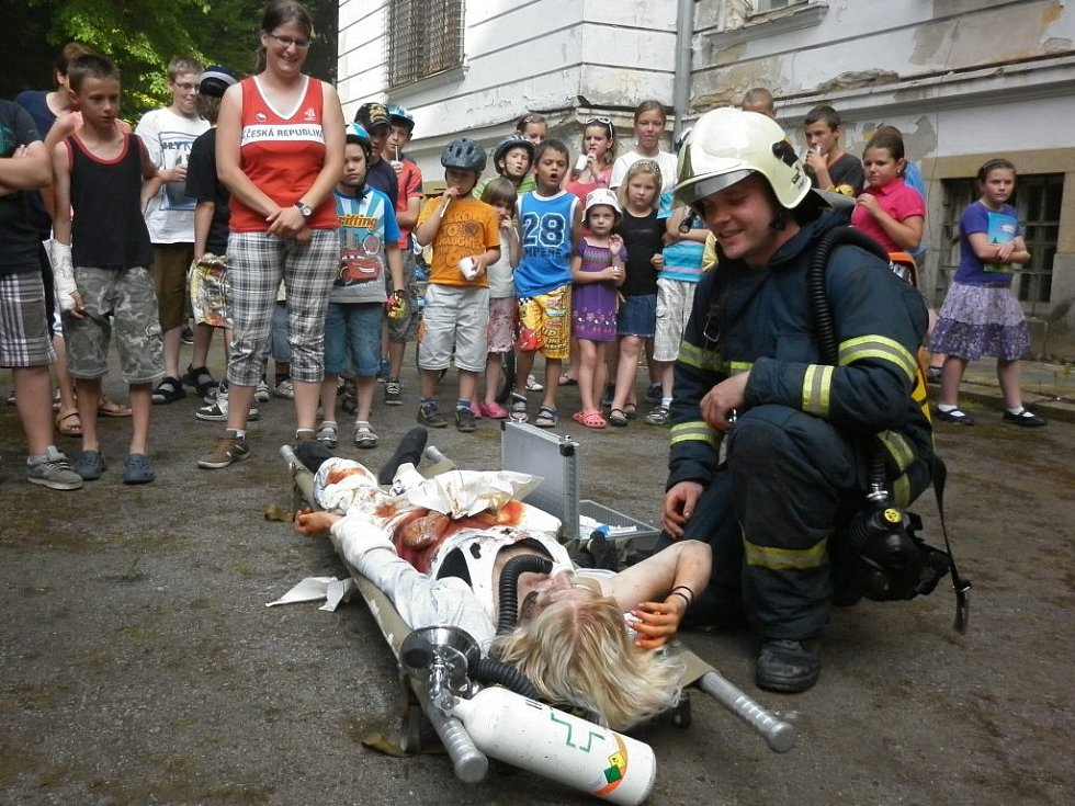 Zámecké nádvoří ožilo ukázkami policie i hasičů