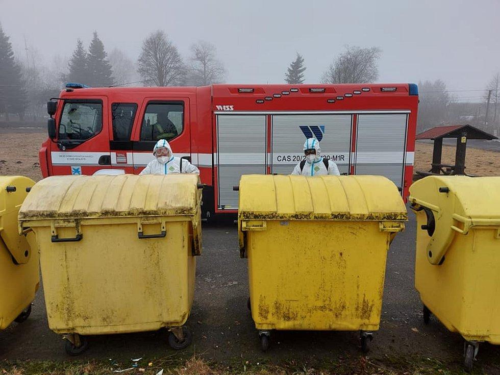 Hasiči z SDH Staré Sedliště dezinfikovali zastávky, kontejnery, veřejná prostranství.