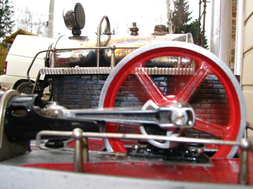 Model parního stroje funguje stejně, jako velký parní stroj.