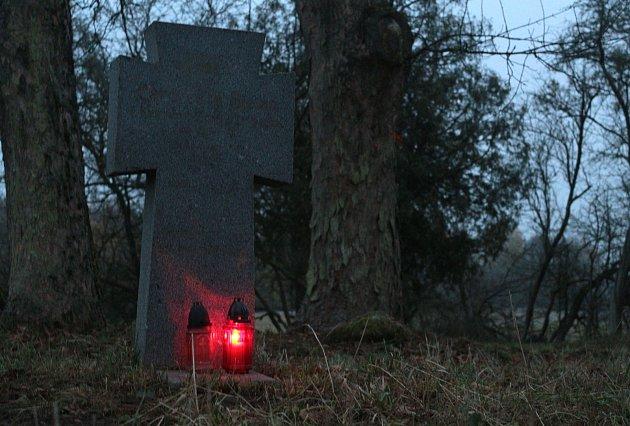 Konec války si připomněli na hřbitově obřího zajateckého tábora uPlané