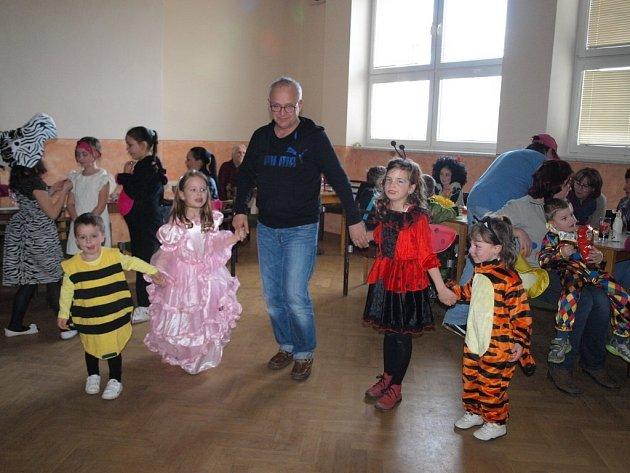 Kostelecké děti se bavily při maškraním reji.