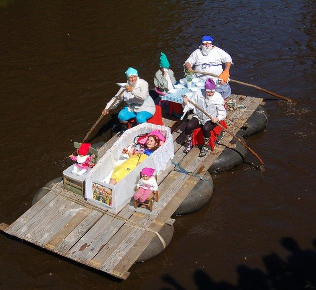 Netradiční plavidla na Mži. Celkem diváci mohli obdivovat deset odvážlivců.