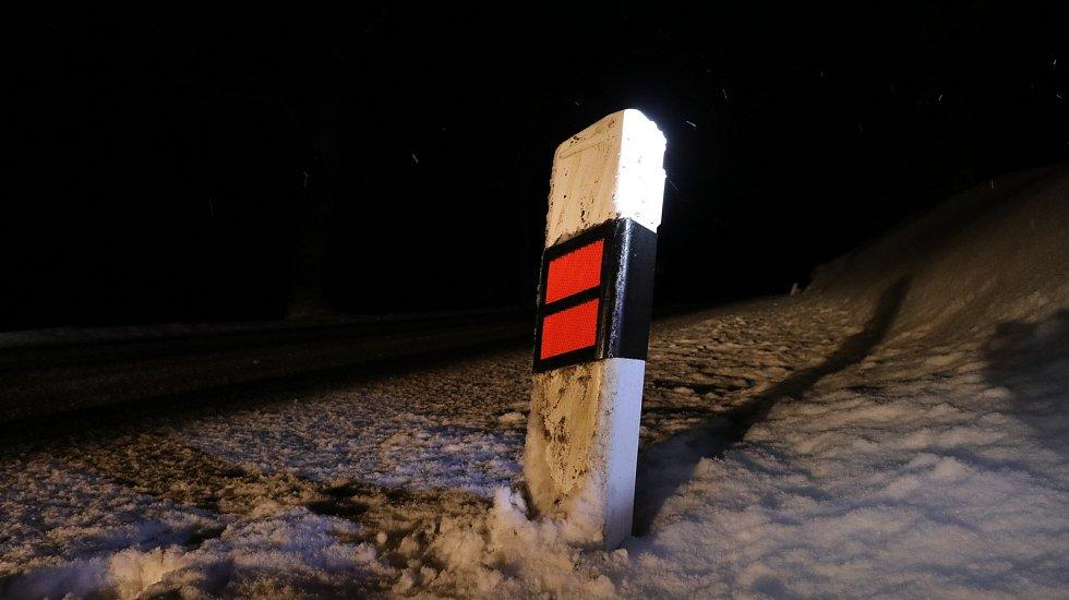 Plastové směrové sloupky u silnice na Tachovsku mají v sobě zabudovanou moderní technologii.
