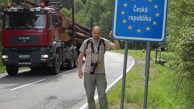 NA STARTU. První etapa cesty pěšky okolo Tachovska začala v pátek ráno na hranicích u Broumova. Na snímku autor článku před startem.