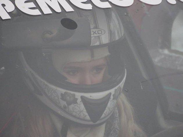 Školačka Jana Míková válí za volantem závodního auta. Foto: Archiv Tachovského deníku