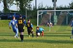 V okresní fotbalové IV. třídě prohráli hráči TJ Ctiboř (modré dresy) s rezervou Jiskry Bezdružice 0:2.