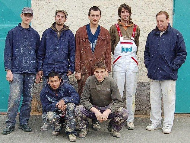 Skupina malířů s mistrem Jiřím Horákem.