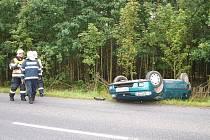 Řidička Mazdy 323 nezvládla u Nové Hospody řízení, dostala smyk a se svým vozem havarovala do příkopu.