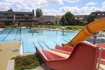 Areál venkovního koupaliště v Tachově je připraven, vnitřní bazén bude otevřen od pátku.