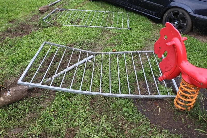 Cizinec nezvládl v Tachově auto, přerazil plot a vletěl na dětské hřiště