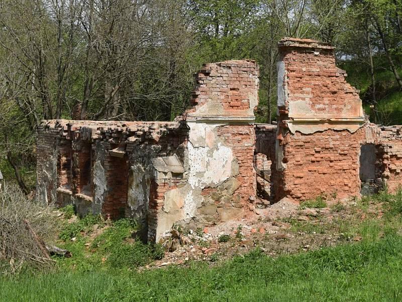 Petrův mlýn a nová lávka přes Úhlavku.