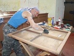Dvanáct oken renovují v kostele sv. Anny v Částkově.